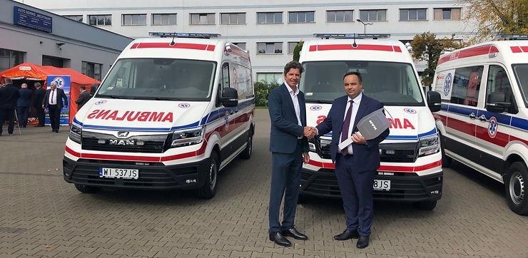 13 ambulansów MAN TGE przekazanych Warszawie